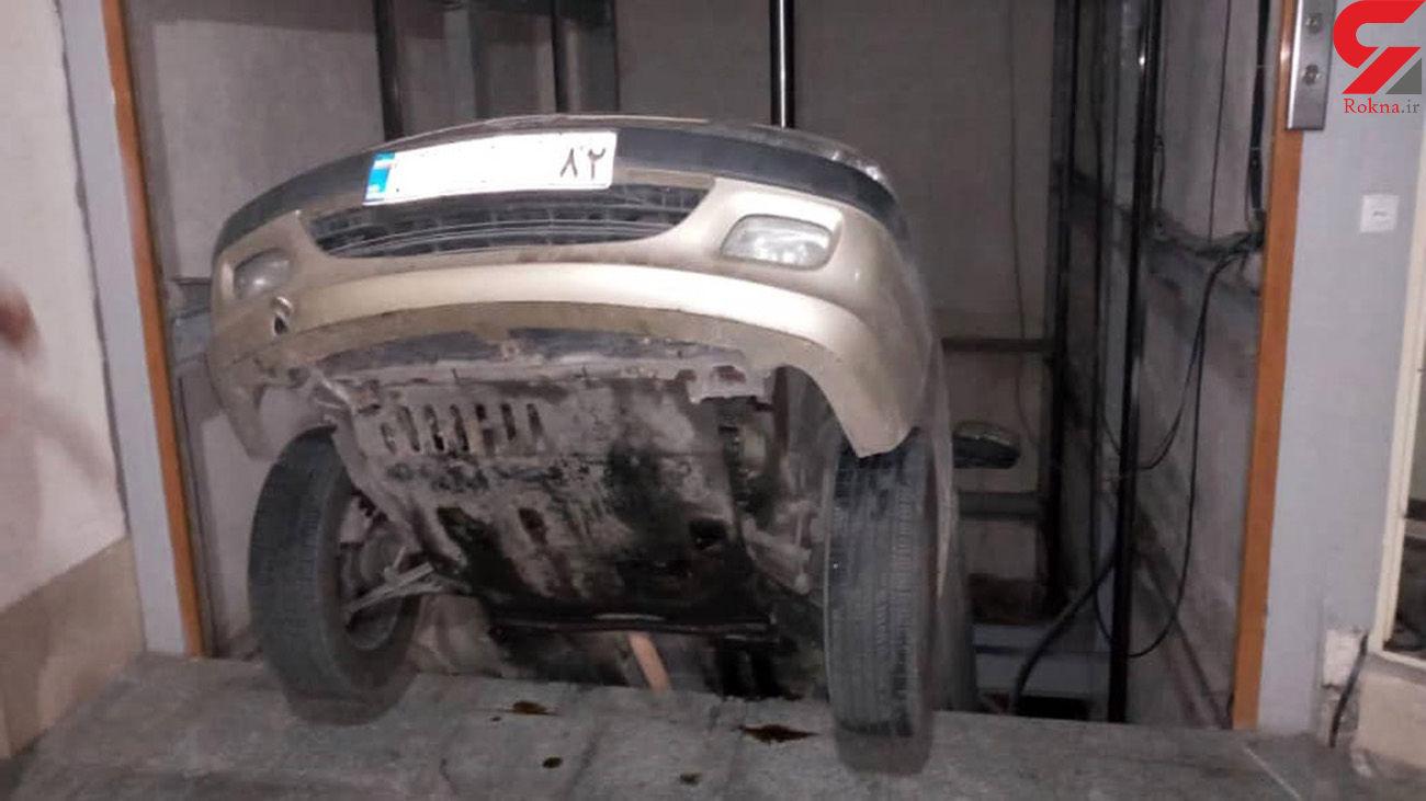 عکس عجیب از سقوط پژو به چاله آسانسور / راننده مازنی ناشی بود