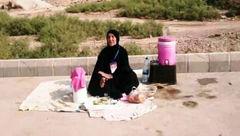 زائران حسینی در مسیر پیاده روی به موکب بی بی عوده فرحانی سر بزنید / کوچکترین موکب اربعین + عکس