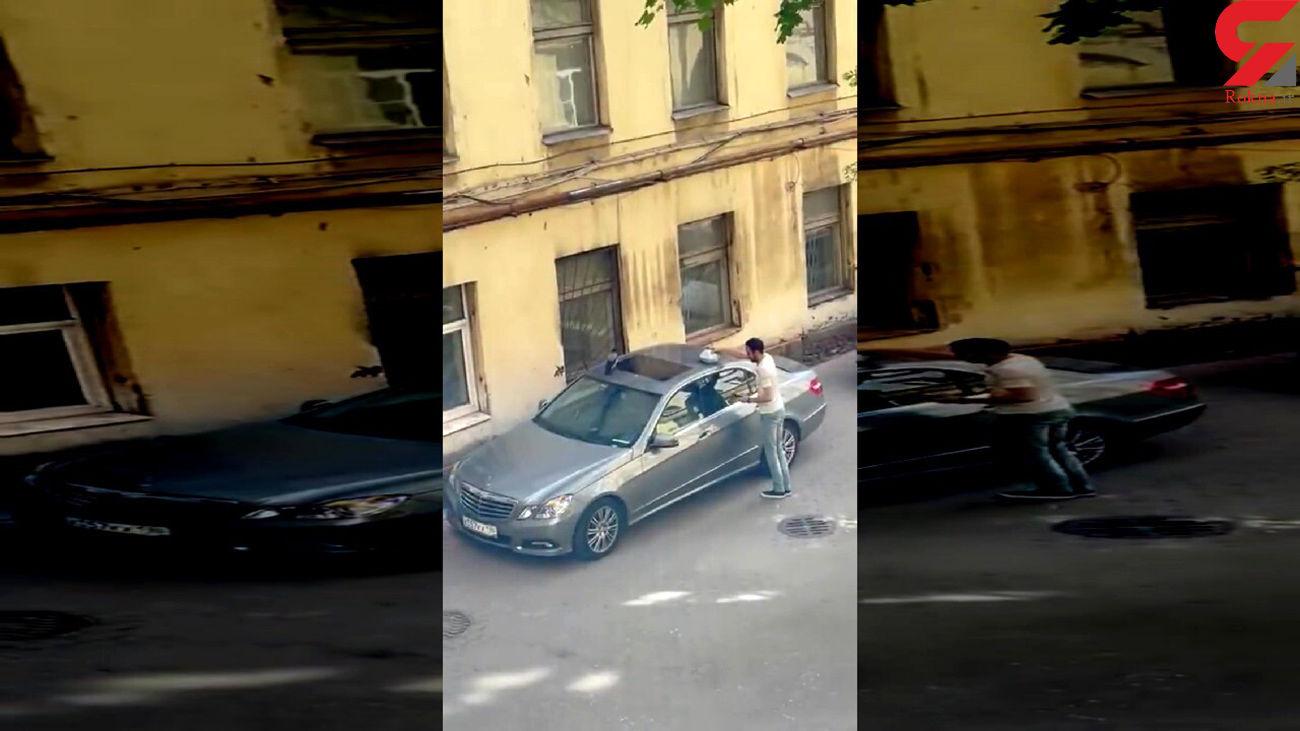 فیلم لحظه حمله کلاغ ها به مرد بنز سوار