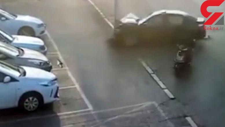 فرار معجزهآسای راننده اسکوتر از مرگ +فیلم