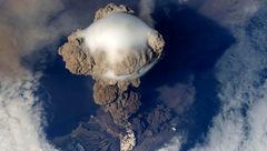 تصویری جالب و فضایی از فوران آتشفشان !