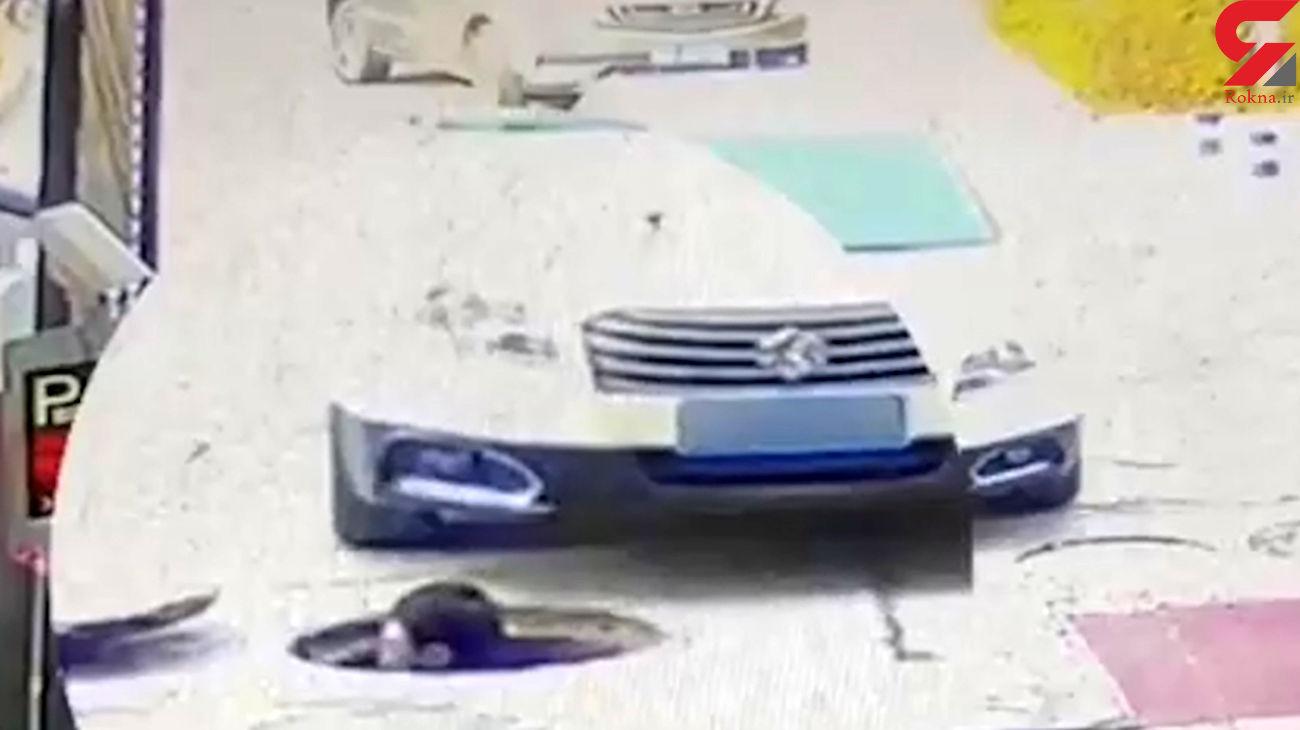 رد شدن خودرو از سر مرد جوان + فیلم
