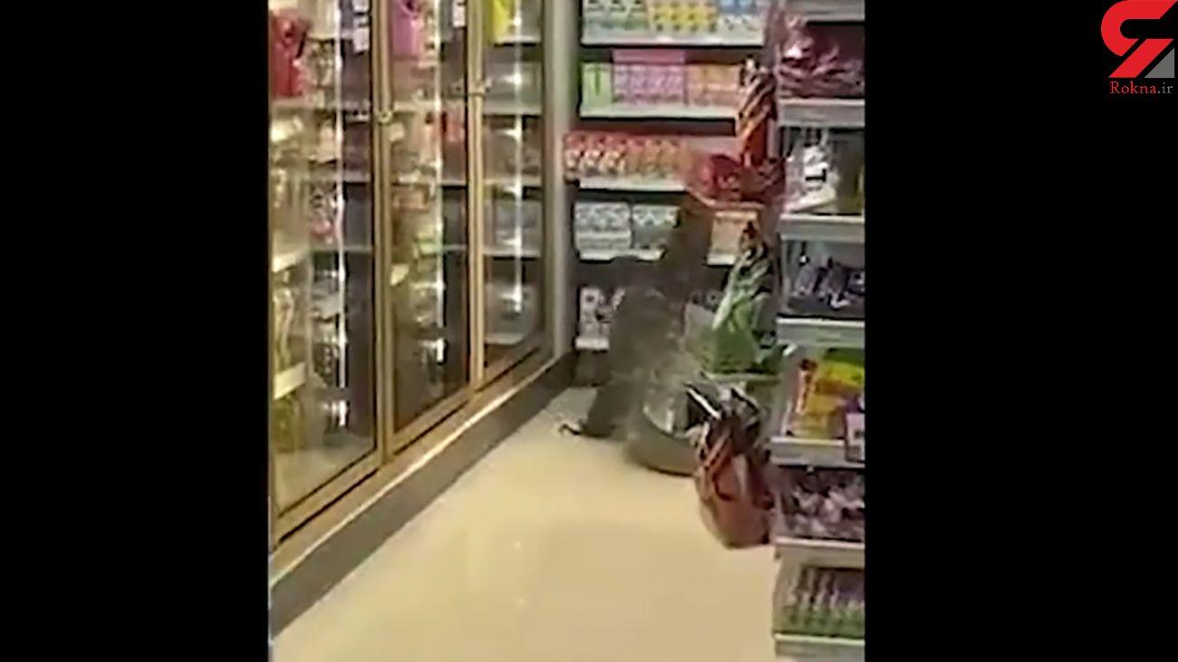 زایمان بزمجه غول پیکر روی قفسه های فروشگاه در تایلند + فیلم