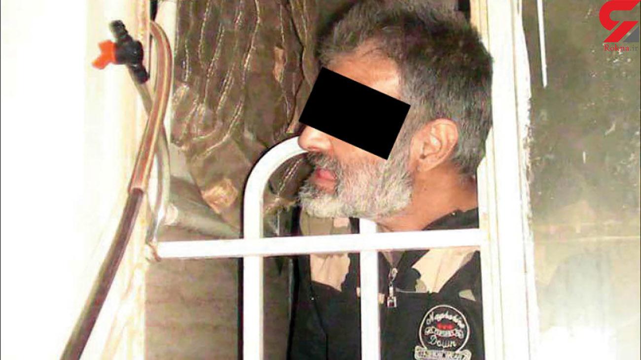 قاتل بی رحم به لباس های جسد دوستش هم رحم نکرد / جسد بین نرده پنجره گیر کرده بود + عکس