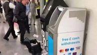 بارش پول از دستگاه خودپرداز / پلیس وارد عمل شد / در لندن رخ داد+ عکس