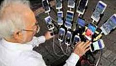 بازی همزمان یک پیر مرد با 15 موبایل